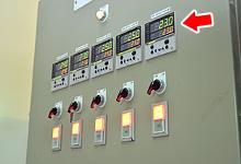 Digital indicating controller. Controls water temperature according to measurements by temperature sensors, etc.