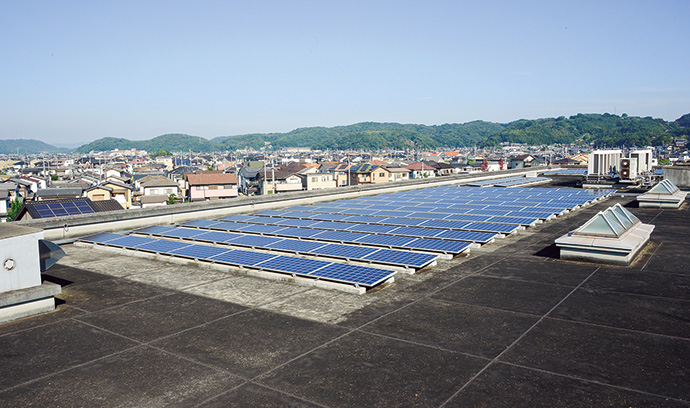 Solar panels installed on the roof of Life Park Kurashiki. The introduction of solar power generation is one of the most attractive features of ESCO business.
