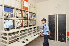 保安人员要不断查看安装在Mandarin Garden公共区域的摄像头传回的图像。