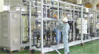 広い工場内で行われる水処理装置の組み立て