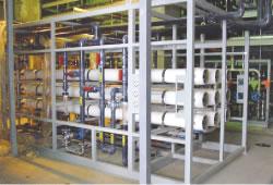 納入された純水処理装置(右)と品質満足を語るユーザー