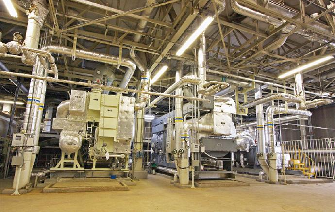 冷凍機が並ぶ熱源は工場内に4棟ある。床下は蓄熱槽