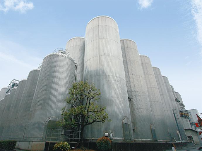 ビールの発酵を行うタンク。<br /> 構内に約170本のタンクが立ち並ぶ