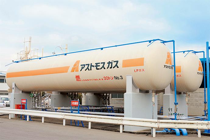 卸事業者から小売業者への供給拠点となる充てん所は、LPガスを2~500kgの容器(ボンベ)に小分けする機能を持つ。最近では、複数の事業者が所有する共同充てん所で合理化を図る例も増えている。