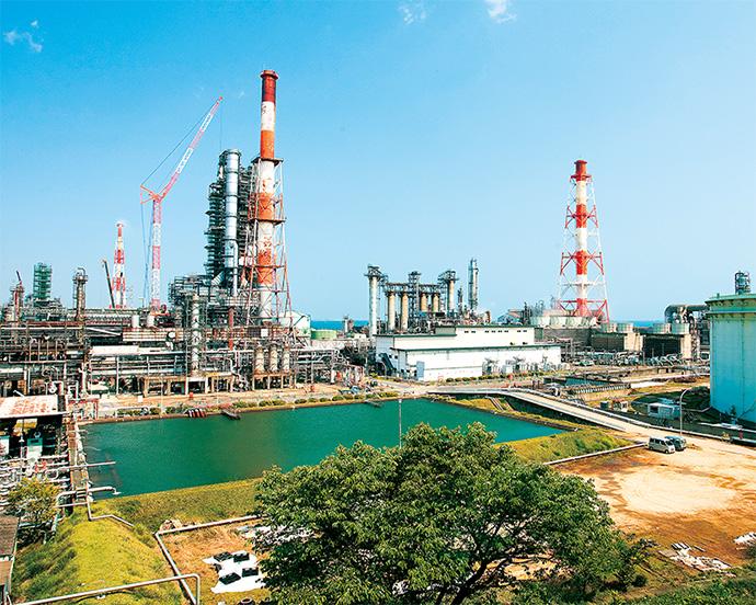 瀬戸内海に面している山口製油所は、原油受入れや製品出荷もスムーズ。原油タンクは26基、272万キロリットルの貯油能力がある。