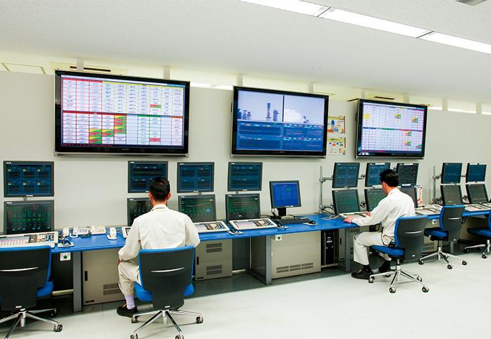 新しく稼働を開始したIT計器室。大型モニタにソフトウェア・アナンシエータを表示し、警報が上がった際には、全員の目で確認ができるようになっており、情報の見える化・共有化が促進されている。