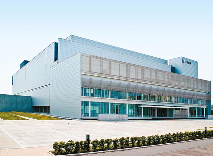 2008年2月に竣工した固形製剤棟。<br />薬の製造過程が見学できるコースも準備されている。