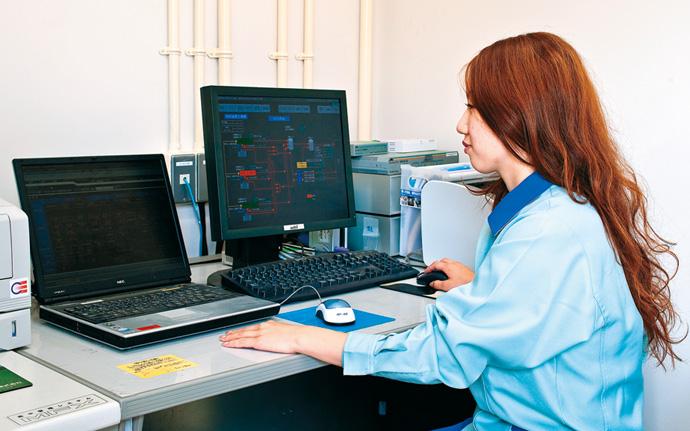 工務棟に設置されたHarmonasはコジェネレーションシステムなどのエネルギー供給設備の制御と管理を行う。