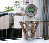 """製造現場屋外に設置された蒸気流量計。EneSCOPE導入前の2008年に、エネルギー使用量の""""見える化""""に向けたインフラ整備の・環として、それまで流量計が設置されていなかった個所に各種流量計が導入された。"""