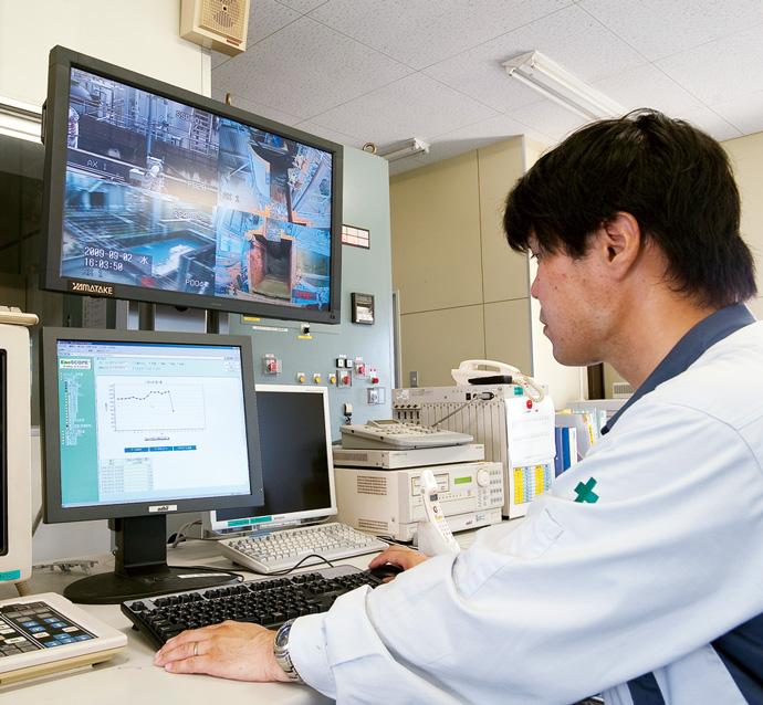 原動部門のエネルギー監視室に設置されたEneSCOPE。原動部門で発生させた電力、蒸気、窒素といったエネルギーの各製造現場における消費量などがグラフ表示され、過去のデータとの比較も容易に行える。