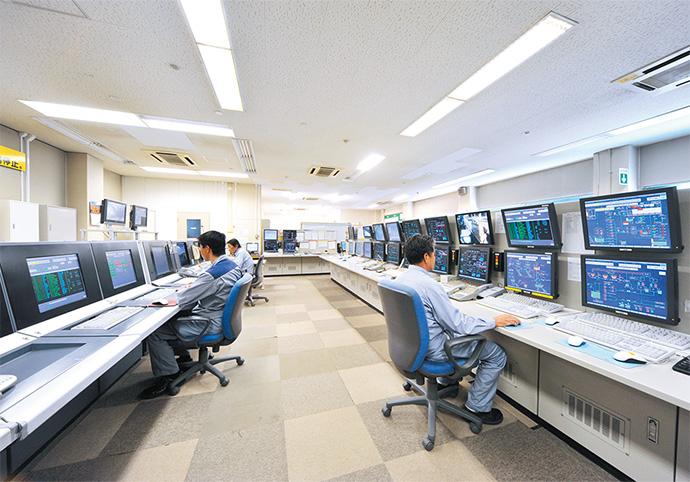 統合後の新エネルギーセンター内は全員でモニタ監視できるように広めの通路スペースを確保。