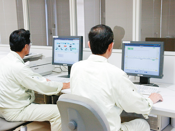シミュレーション・運転教育用に導入された運転支援装置。今では日常の運転管理にも活用されている。
