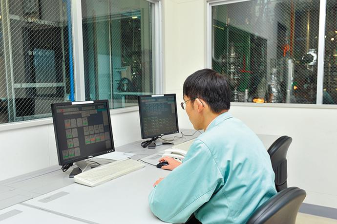 生産現場に設置されたHarmonasの運転管理用端末。現場担当者は、この画面上で生産設備の状況を確認し、必要な制御を実施する。