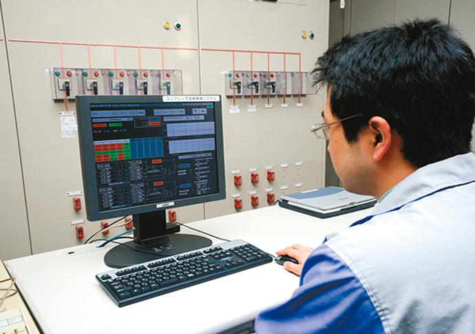 事務所内に設置されたHarmonasの監視端末。各コンプレッサの稼働状況やエアの流量、圧力などの情報を事務所に居ながらにして確認できる。