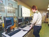 大径管工場の熱処理運転室に設置されたHarmonasの監視・制御用端末。ここでは、鋼管の焼入れ、焼戻しに関する炉内の温度が監視・制御される。