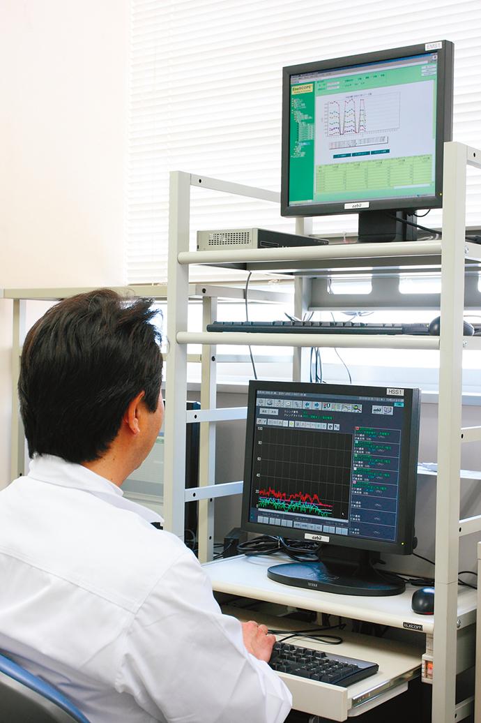 事務所内に設置されたEneSCOPE及びHarmonasの監視端末。生産ラインの稼働管理を行いながら、上段のEneSCOPEで生産に使用している電気やガス、エアなどのエネルギー消費状況が確認できる。