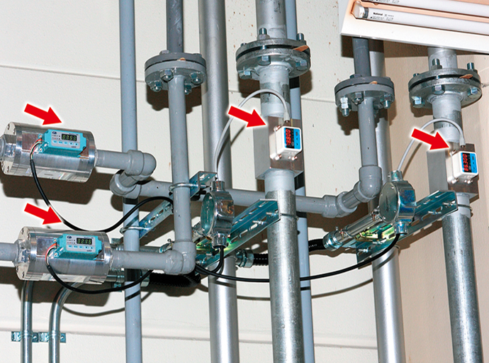 生産現場に設置された流量計。エア管理用メータMCFと気体用マスフローメータCMS。