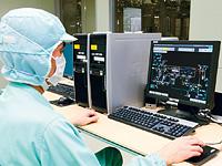 工場内の中央操作室に設置されたIndustrial-DEO/MESの監視端末。ここから、各生産ラインの生産状況を確認し、監視・制御を行っている。