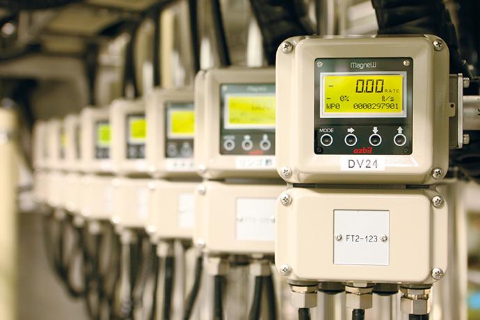 調合タンクに設置された山武のサニタリー形電磁流量計 MagneW™。これら流量計やコントロールバルブとIndustrial-DEOが連動することで、生産設備の監視・制御が実現されている。