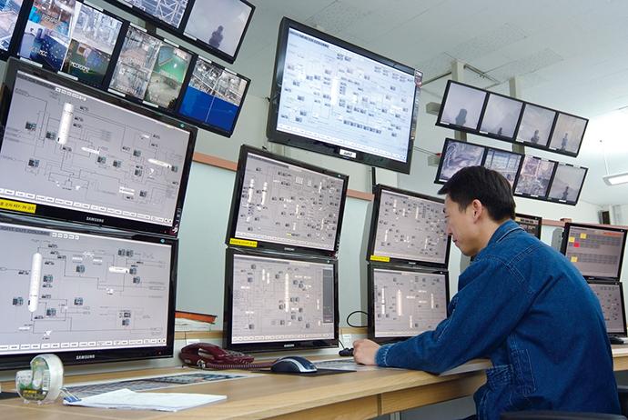 監視・制御画面には、Windowsベースのヒューマンマシンインタフェース IOUS 500を採用。大型の液晶ディスプレイを用いるとともに、上下2段に重ねるなどディスプレイの設置にも工夫を施し、運転員1人当たりの監視・制御範囲や情報量を劇的に拡大している。