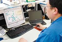 PREXIONで現場の運転状況を事務所でも確認することができる。工場長やオフィスにいる担当者が運転状況を見て、必要に応じて計器室のオペレータに指示を伝えるといった運用も行われている。そのほか、会議室からもPREXIONの画面を参照できる環境が整えられており、PREXIONの画面を見ながら会議が行われている。