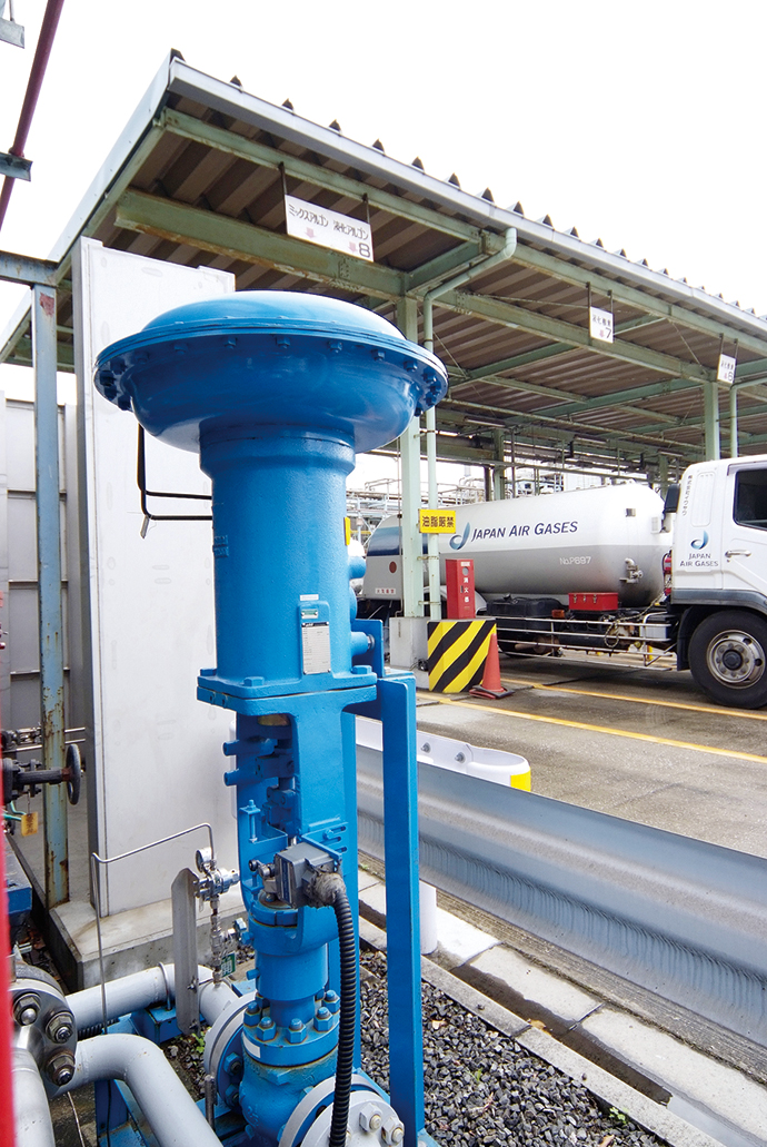 近隣の工場にパイプラインで液化窒素を搬送するためのバルブ。信頼と実績のある山武のトップガイド形単座調節弁HTSが使われている。