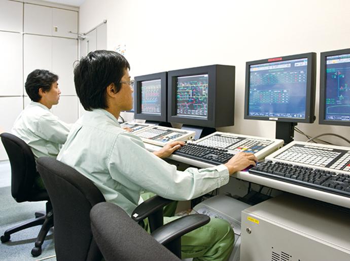 運転訓練シミュレータ。左が既設の2.5MPa設備用で右が新設の7MPa設備用。昼間はチームで訓練を行い、夜間は個人がスキルアップに励んでいる。