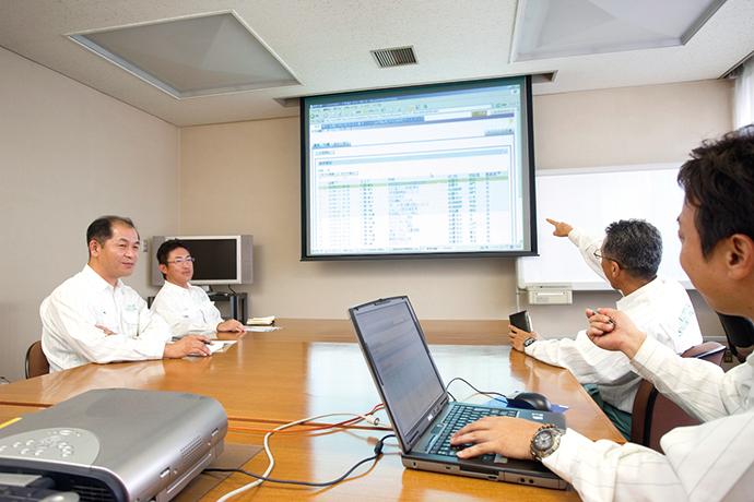 ミーティングの際には、必要に応じてOKBの画面をプロジェクタで映し出し、参加者が内容を確認しながら進められる。