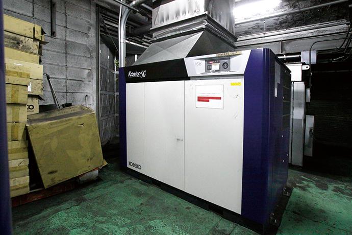 機械室に新たに導入された高効率型のコンプレッサ。今回の施策では3台をこの高効率型に置き換えた(うち1台はインバータ制御機能内蔵)。