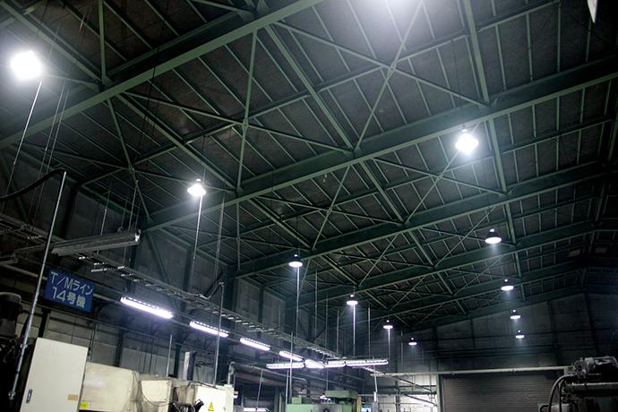 今回、敷設された工場内の高効率照明。省エネ効果のほか、工場内が明るくなることで労働環境の改善にもつながっている。