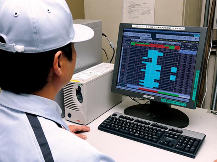 コンプレッサ室に置かれたHarmonasの監視・制御端末。製造現場でのエアの需要量に応じてコンプレッサの稼働台数およびその組合わせの制御を行うほか、エアの流量や圧力の状況についての見える化にも貢献。