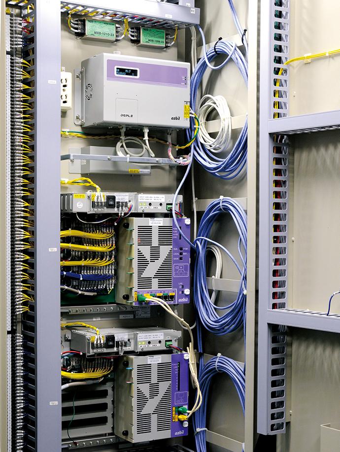 コンプレッサ室に設置されたコンプレッサ最適運転制御盤。中にはDGPL IIが組み込まれており、製造現場でのエアの要求量に応じてコンプレッサの稼働台数と組合わせについての制御を実現している。
