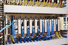 植物工場実験棟内の制御盤に設置された計装ネットワークモジュール NX。実験棟内の温度、湿度などの環境情報を収集し、汎用LANケーブルで中央監視システムと通信を行う。