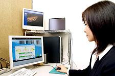 事務所に設置された植物工場用の中央監視システム。ここから実験棟内の様子をはじめ温度、湿度などの状態を随時監視、閲覧できるようになっている。