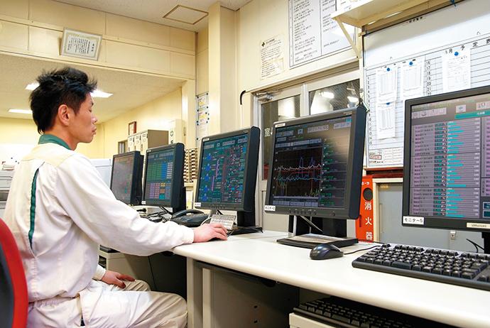 プラント内のあらゆる場所から蒸気やエアの情報を中央管理室に設置されたHarmonasに集約し見える化を実現。