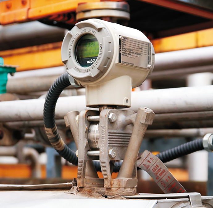 殺菌機への蒸気送出パイプに設置された<br />蒸気流量計STEAMcube。
