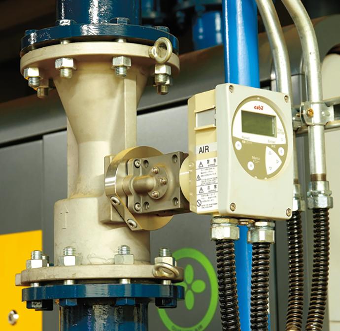 コンプレッサ出口に設置されたエア流量計AIRcube。生産ラインで使用しているエアの流量管理を行っている。