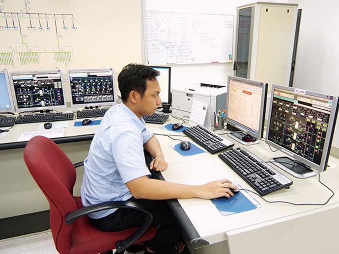 監視室に設置されたHarmonas-DEO。施設内の冷凍機をはじめとする機器の監視・制御がここで一元的に行えるようになっている。