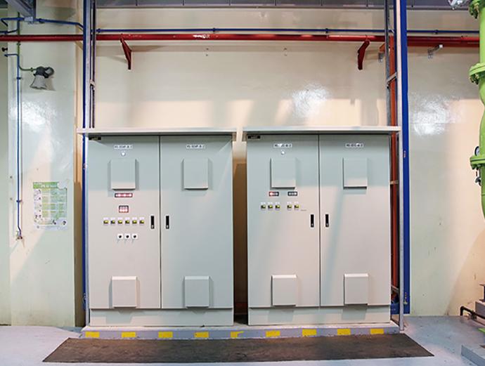 プラント内に新たに設置した制御盤。冷凍機やポンプなどの補機の制御を行うコントローラが収められている。