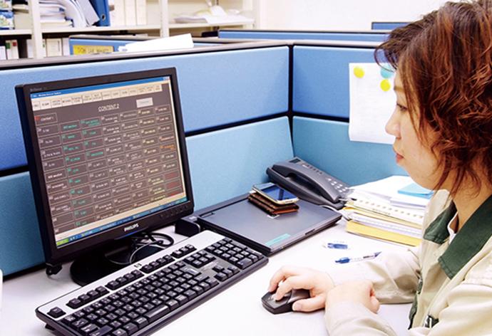 事務所に設置されたTSS(Thin client Supervisory Server)サーバー/クライアントのクライアント端末。MELSでは、TSSの導入により、中央制御室以外からも随時、Harmonas-DEOの監視・制御画面の確認、操作が行える。