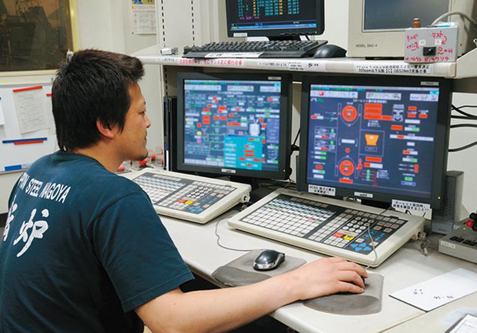 RH真空脱ガス設備の操作室に設置されたHarmonas。真空脱ガスの作業を窓越しに見ながら、Harmonasでも制御状況を確認する。