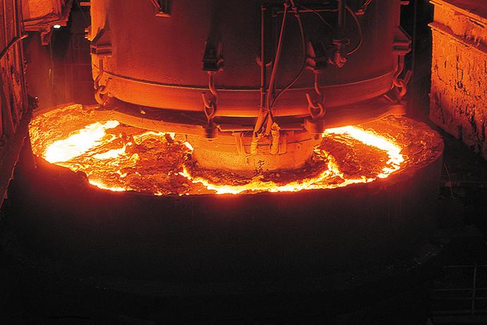 RH真空脱ガス設備。(新日本製鐵株式会社 名古屋製鐵所 提供)
