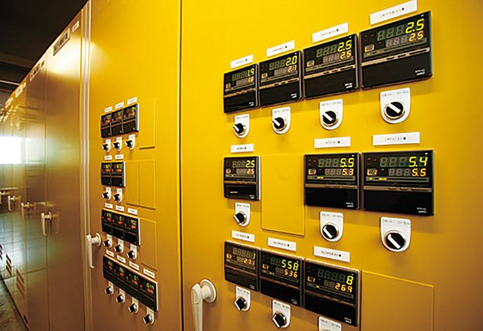 中央監視システムが万が一停止した際も、リモート側で制御を続行することができるように冗長化されている。ポンプ流入量、ろ過流量、薬品注入量などの制御を行うデジタル指示調節計 SDC40。