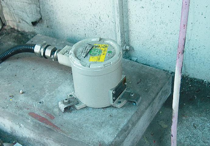 地区ガバナステーションに設置されたインテリジェント地震センサ SES60。
