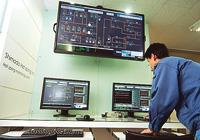 Harmonasの監視端末に加え、事務所にいるメンバー全員で情報共有するために50インチのディスプレイが設置されている。警報発生時には、現場に出向いている社員に状況を伝えることができるように、全社員が操作できる体制を整えている