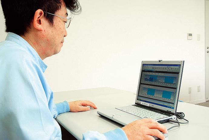 事務所や他事業所など、社内のどこからでもイントラネットを通じてENEOPTpersの閲覧が可能。電力消費動向を速やかに確認できる。