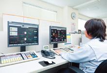 中央監視室に設置されたHarmonas。LNGプラントの監視・制御を行っている。