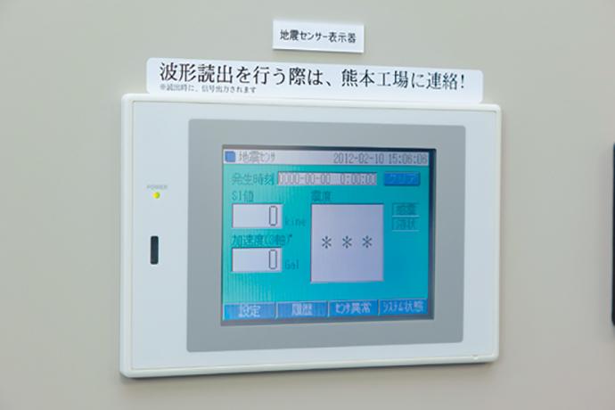 大牟田工場の敷地を取り囲むように設置されている監視カメラ。カメラの映像は、中央監視室および警備員室に設置されたモニタで常時監視されている。