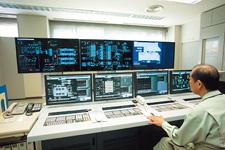 中央監視室に設置された中央監視制御システムIndustrial-DEO。対岸にある給水ポンプの運転状態も一元監視している。大型のLCDが3台採用され、視認性が向上した。