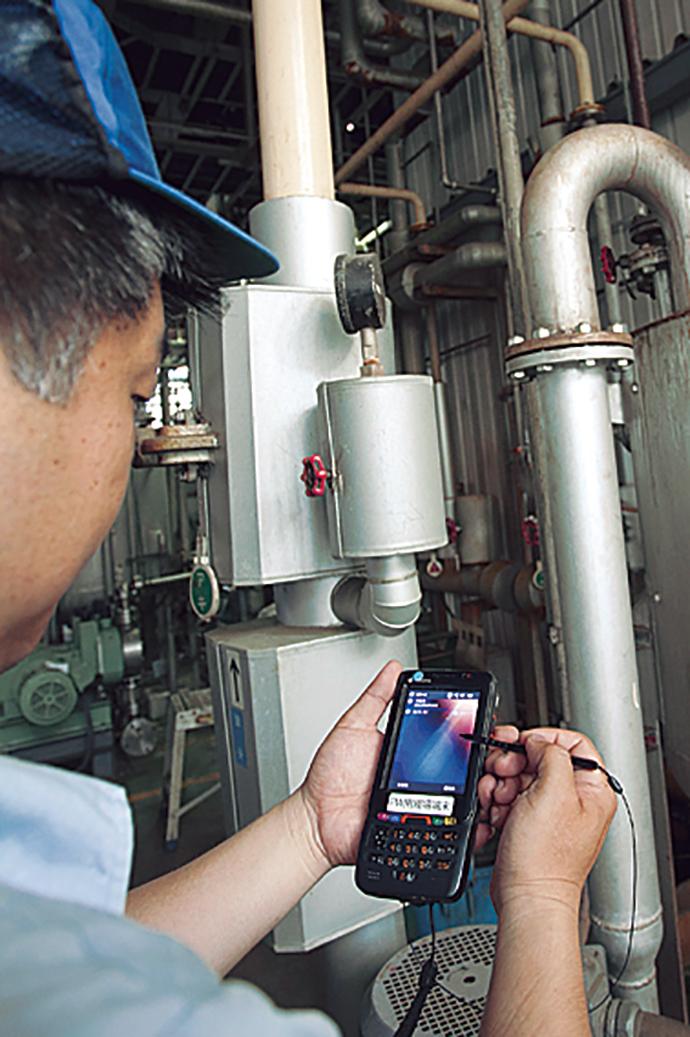 モバイルDCSを実現するPlantWalker-HVは、現場で作業を行った結果を携帯端末で確認することができる。携帯端末でポンプを起動し、動いたことを確認してからバルブを手動で開くなどの作業をする場合、現場と監視室の距離が離れているプラントでは特に大きな威力を発揮する。